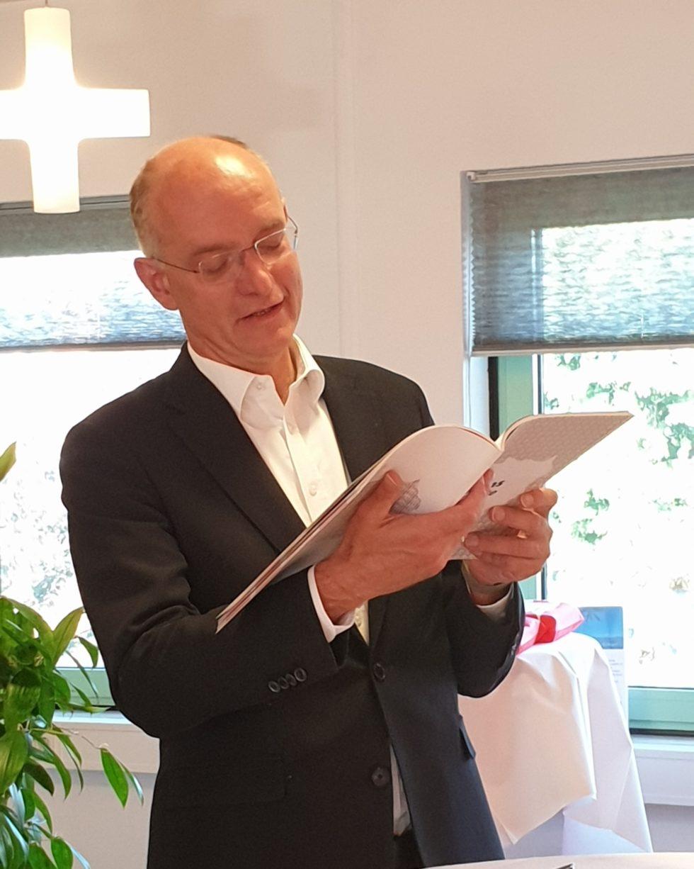 Onno van Veldhuizen bladert door de Atlas Twente