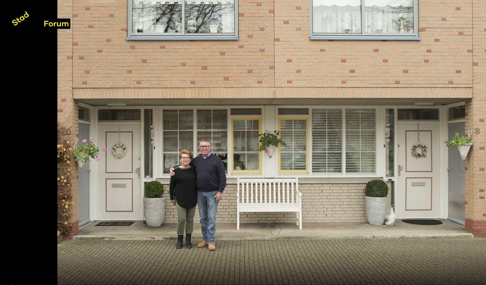Foto van Dick en Rietje voor hun huis