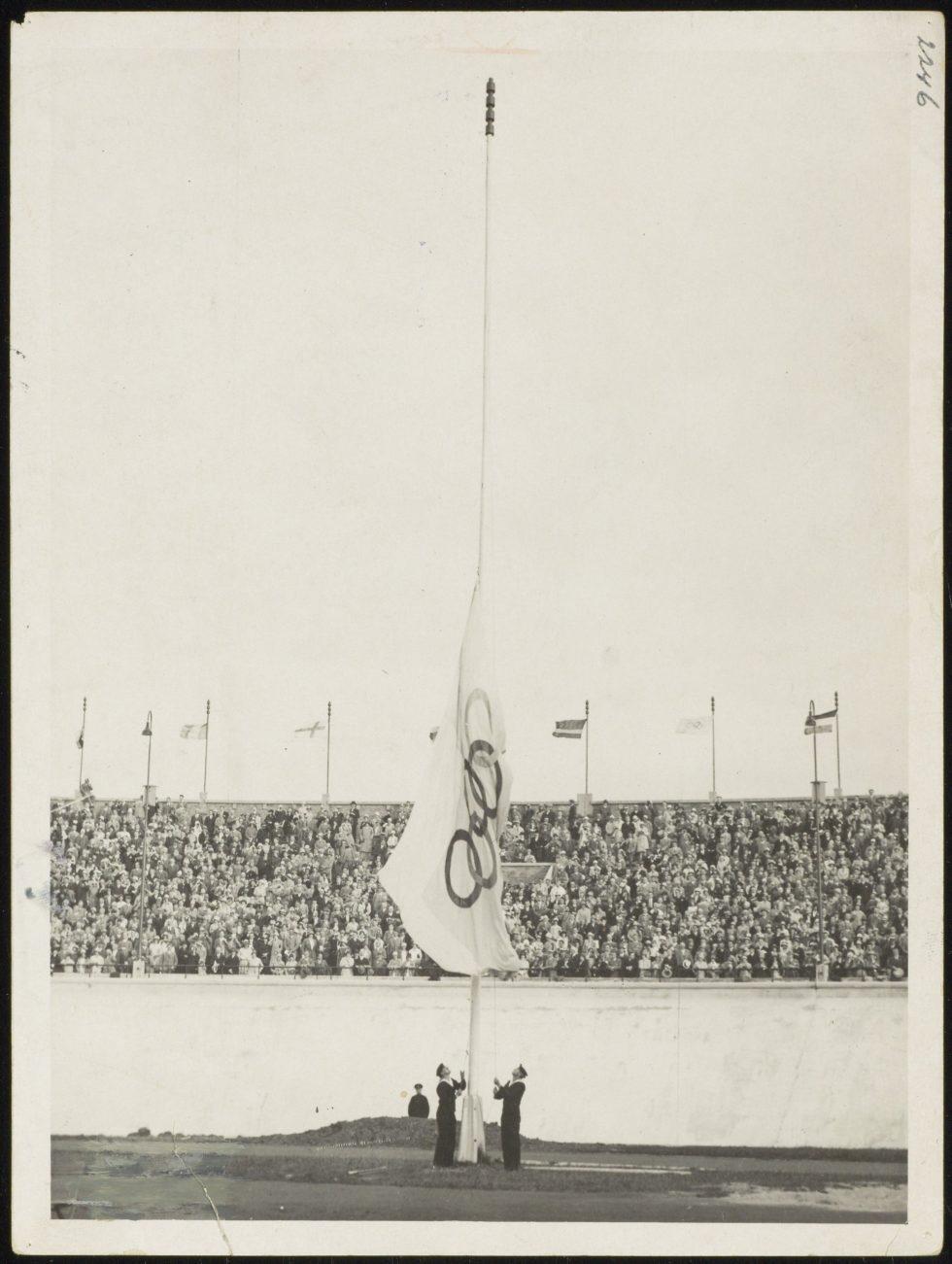 Foto van het neerhalen van de vlag tijdens de Olympische Spelen in Amsterdam 1928